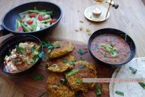 Falafel mit Zwiebelgemüse, scharfem Hüttenkäse und Brotfladen