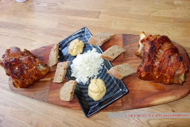 Schweinestelze mit Senf, Kren und Tomaten-Rosmarin-Brot