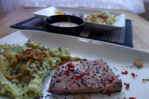 Thunfischsteaks mit Wasabi-Brokkoli-Kartoffelpüree und Orangen-Ingwer-Sauce